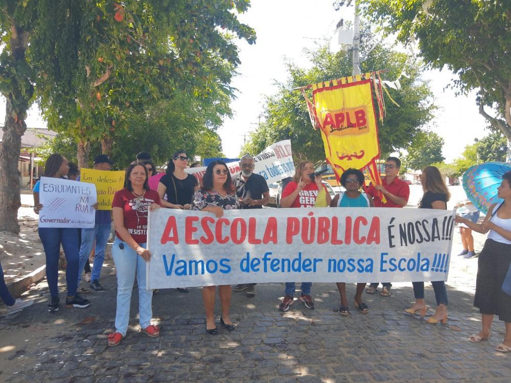 APLB Feira participa de manifestação no Colégio Estadual Maria Quitéria pela Gratificação do Difícil Acesso