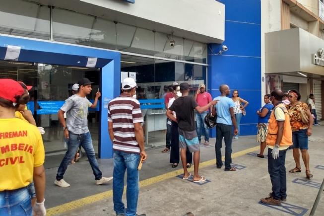 Defesa Civil está nas ruas orientando pessoas nas filas dos bancos