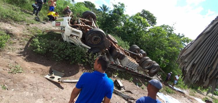 Casal morre após caminhão capotar na BR-101