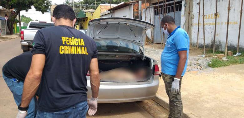 Amigo assiste o outro ser executado e leva o cadáver para casa na mala do carro