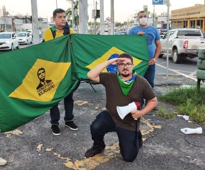 Apoiadores de Bolsonaro realizam ação nas sinaleiras