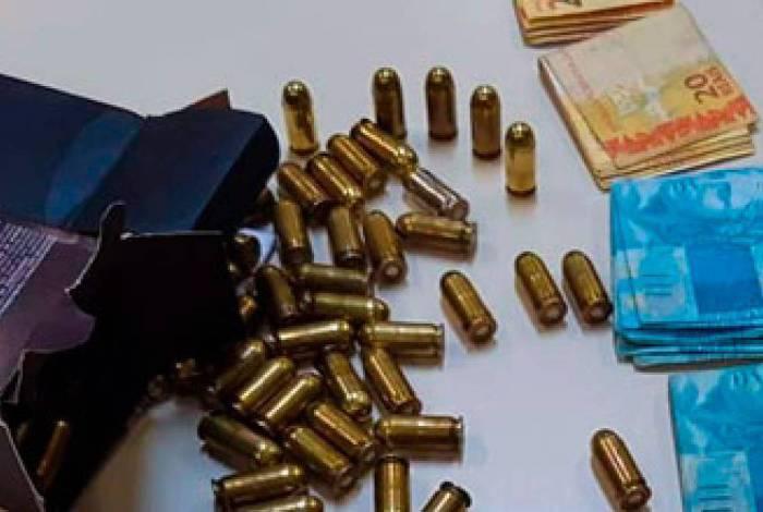 Homens são presos com 145 munições de pistola calibre .45, R$9 mil e um carro roubado