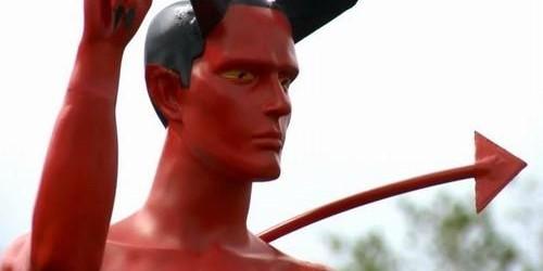 Estátua de demônio com pênis ereto é instalada em praça